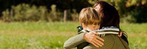 photographie d'un enfant et de sa mère